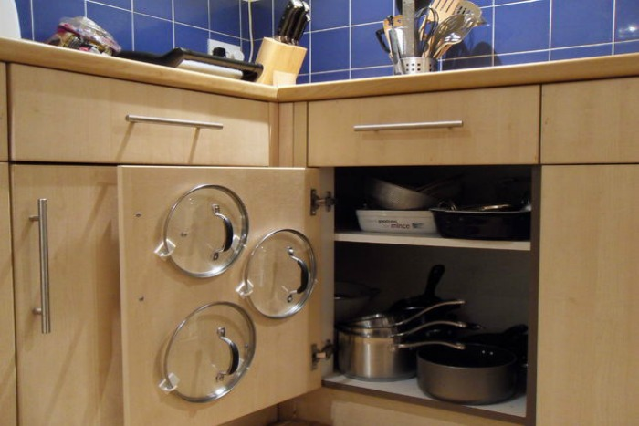 10 Easy Tips for Organizing Pots and Pans on PocketChangeGourmet.com