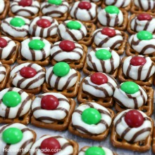 christmas-candy-pretzel-hugs-220